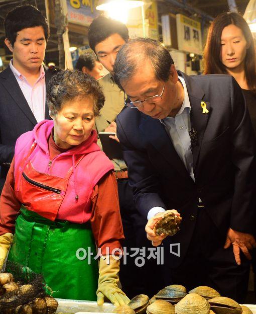 [포토]박원순 후보, 노량진 수산시장 상인과 대화