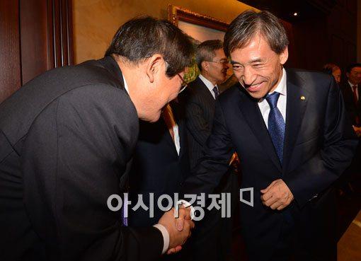 [포토]인사하는 이주열 한국은행 총재