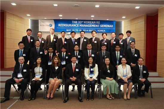 원종규 코리안리 사장(앞줄 왼쪽 네 번째)과 전세계 13개국 19개사의 재보험 전문가들이 기념촬영을 하고 있다.
