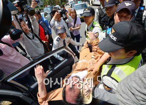 [포토]주한 일본대사관 향하다 연행되는 참가자