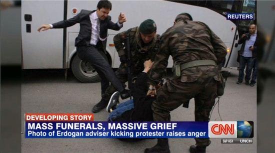▲터기 총리 예르켈 보좌관이 탄광사고 시위자에게 발로 걷어차고 있다. (사진: CNN 보도화면 캡처)