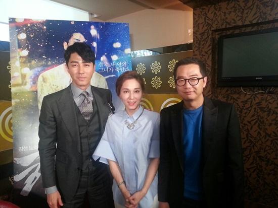 왼쪽부터 차승원, 김소원 아나운서, 장진 감독