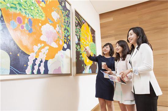 녹십자 직원들이 경기도 용인의 녹십자 R&D센터 로비에서 미술품을 보며 대화를 나누고 있다.