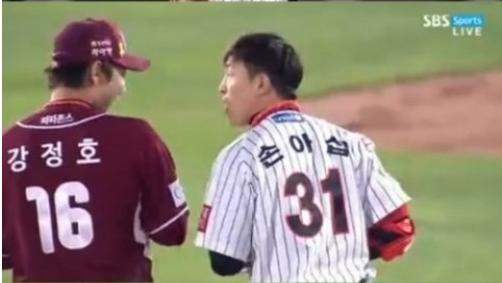 ▲롯데 손아섭이 넥센 강정호의 장난에 정색했다. (출처: SBS 스포츠 방송화명 캡처)