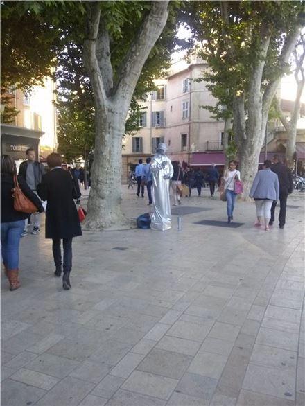 ▲엑상프로방스 광장에서 느림의 '1인 연극'을 하고 있는 거리의 예술가.