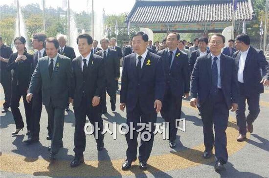 안병호 함평군수 후보(앞줄 오른쪽에서 두번째)는 17일 정동영 새정치민주연합 상임고문과 함께 5·18 국립묘지에서 이뤄지는 '5·18 유족추모제'에 참석했다.