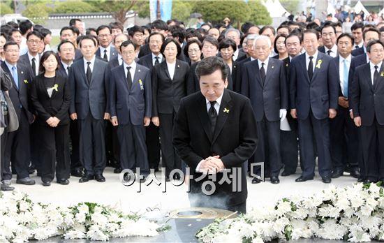 이낙연 새정치민주연합 전남도지사 후보가 17일 광주 국립 5·18민주묘지를 찾아 오월영령들에 참배하고 있다.