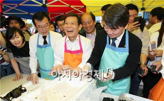 윤장현 광주시장 후보(가운데) 안철수 대표(오른쪽)와 함께 주먹밥을 만들면서 활짝웃고있다.