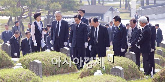 지병문 총장을 비롯한 전남대학교 보직자와 교수, 동문 100명 명은 이날 오전 국립 5·18 묘지를 참배했다.