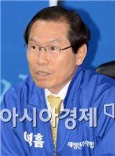 새정치민주연합 이명흠 장흥군수 후보가 선거사무실에서 출마기자회견을 하고 있다.