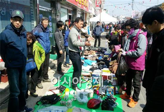 장흥칠거리 문화 벼룩시장에 몰린 관광객들