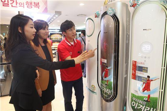 ▲ 롯데백화점 가전매장을 찾은 고객들이 에어컨을 살펴보고 있다.