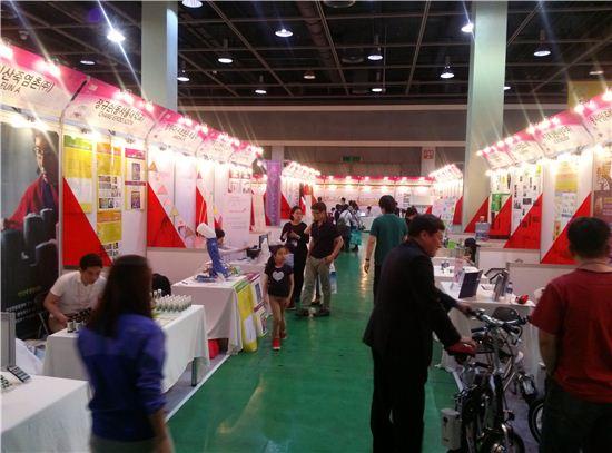 관람객들이 전시된 제품들을 둘러보고 있다.