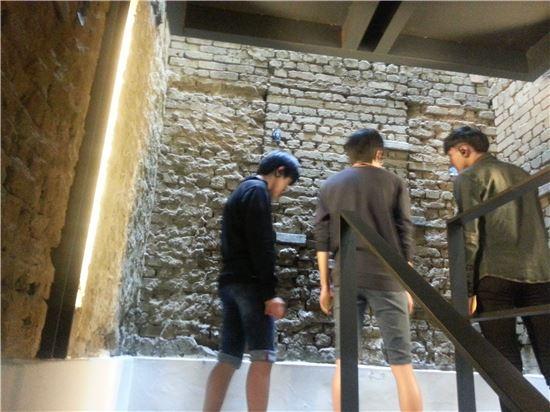 고등학생 관람객들이 계단을 올라가며 위안부 피해자들의 목소리가 담긴 '호소의 벽'을 관람하고 있다.