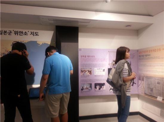2층 전시관에서 관람객들이 위안부 관련 자료들을 둘러보고 있다.
