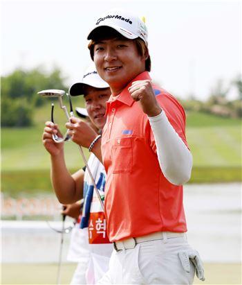 김승혁이 SKT오픈 최종일 18번홀에서 우승 버디를 잡아낸 뒤 환호하고 있다. 사진=KGT제공