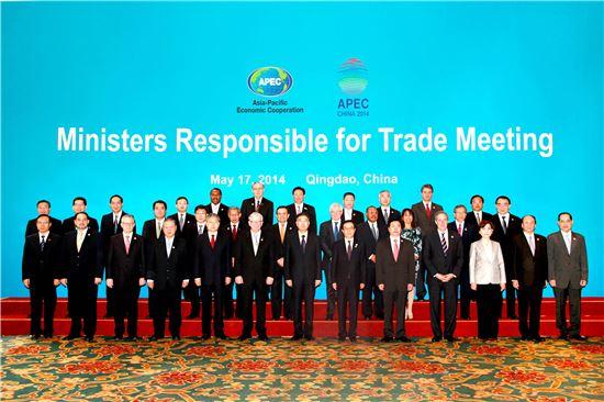윤상직 산업통상자원부 장관은 17~18일 중국 칭다오에서 열린 2014 APEC 통상장관회의(MRT Meeting)에 참석했다. 회원국 통상장관들이 기념사진을 촬영하고 있다.