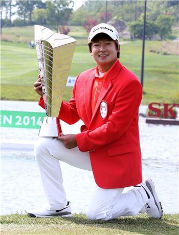 김승혁이 SKT오픈에서 생애 첫 우승을 일궈낸 직후 트로피를 들고 포즈를 취했다. 사진=KGT제공
