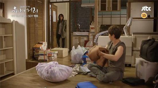 ▲유나의 거리 김옥빈과 이희준이 같은 다세대주택 주민이 됐다. (사진: JTBC '유나의 거리' 방송 캡처)