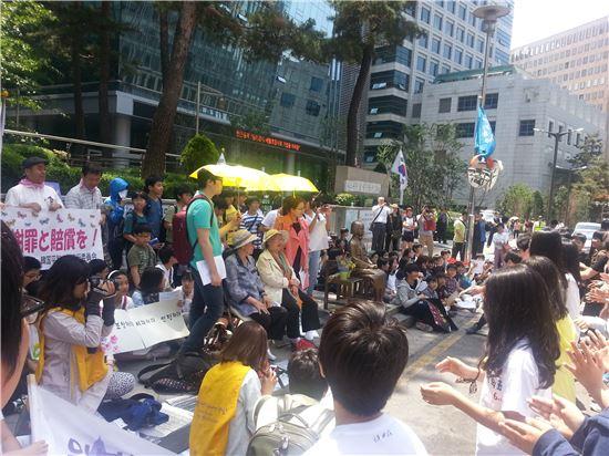 21일 열린 정기수요집회에서 상원초등학교 6학년 학생들이 율동을 선보이고 있다.