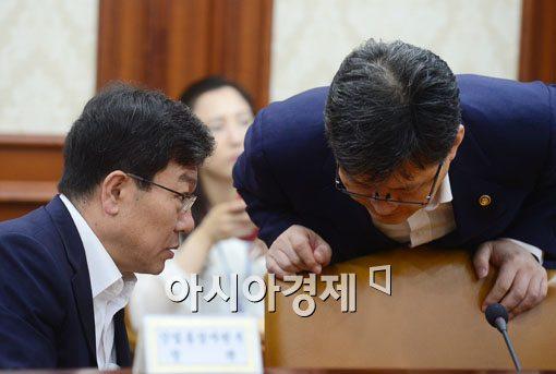 [포토]이야기 나누는 윤상직 산자부 장관-여인홍 농림부 차관