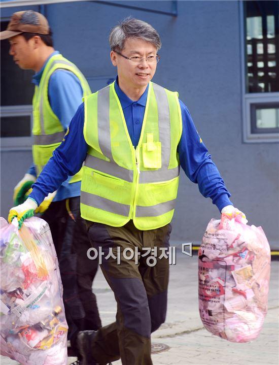 민형배 새정치민주연합 광산구청장 후보가 22일 오전 클린광산 협동조합과 함께 쓰레기수거로 선거운동을  시작했다.