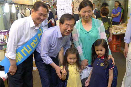 김근종 새정치연합 중랑구청장 후보(외쪽)과 박원순 시장 후보가 주민들과 사진을 찍었다