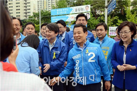 24일 오후 안철수 새정치민주연합 공동대표가 광주를 방문해 서구 풍암동 풍암저수지 장미공원 앞 도로에서 6·4지방선거 광주시장 선거에 출마한 윤장현 후보에 대한 광주시민의 지지를 호소하고 있다.
