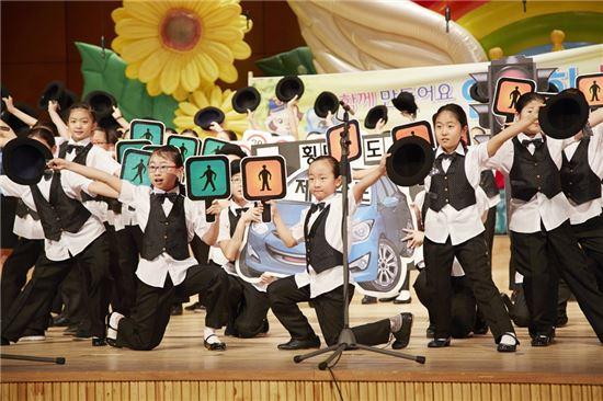 현대해상이 개최한 '제5회 어린이 교통안전 음악대회'에서 영예의 대상을 차지한 인천 인주초등학교 학생들이 창작곡 '우리가 만드는 안전한 세상'을 부르고 있다.
