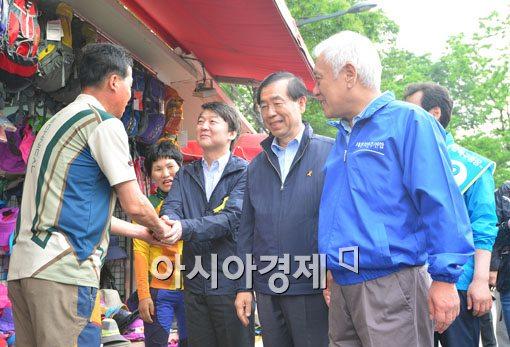 [포토]표심 잡기 위해 함께 나선 안철수-박원순-김한길