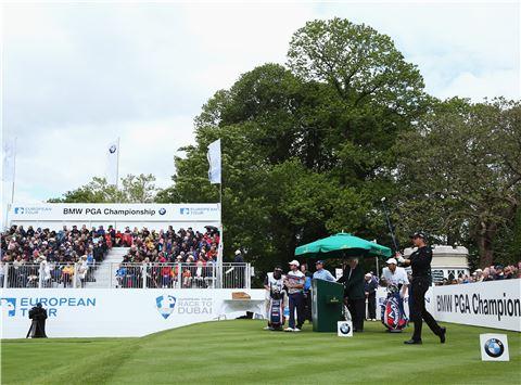 헨리크 스텐손이 BMW PGA챔피언십 셋째날 1번홀에서 티 샷을 하고 있다. 사진=Getty images/멀티비츠