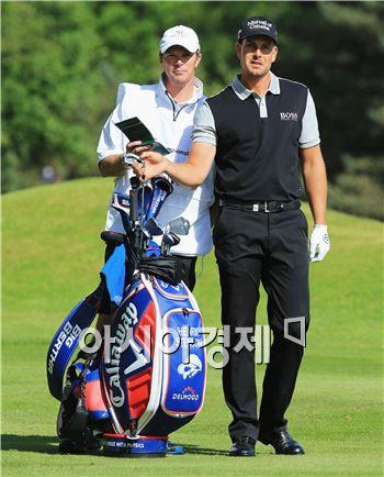 헨리크 스텐손(오른쪽)이 BMW PGA챔피언십 셋째날 9번홀에서 두번째 샷을 준비하고 있다. 사진=Getty images/멀티비츠