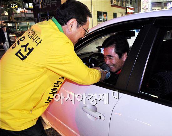 """이용섭 광주시장 후보가  """"48시간 철야 민생투어""""에서 택시운전기사와 악수를 하고있다."""