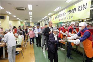 농심이 서울 중구 노인복지센터를 방문해 무료 급식 봉사활동을 펼치고 있다.