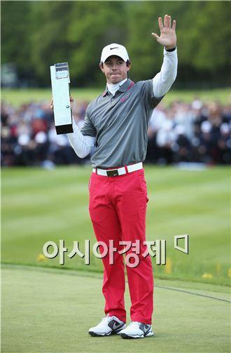 로리 매킬로이가 BMW PGA챔피언십 우승 트로피를 들고 포즈를 취하고 있다. 사진=Getty images/멀티비츠