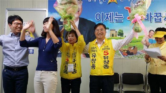 <유창종 담양군수 후보가 26일 열린 선거사무소 개소식에서 지지자들과 승리를 다짐하고 있다.>