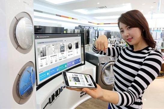 삼성전자 모델이 스마트홈 솔루션을 선보이고 있다.