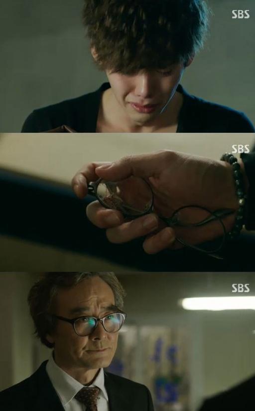 ▲'닥터이방인' 이종석이 남명렬로부터 아버지 유품을 받고 오열했다.(사진:SBS '닥터이방인' 방송 캡처)