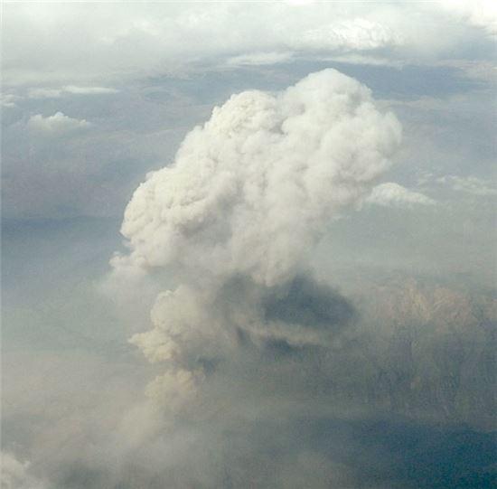 ▲금방이라도 폭발할 듯한 우비나스 화산.[사진제공=NASA]