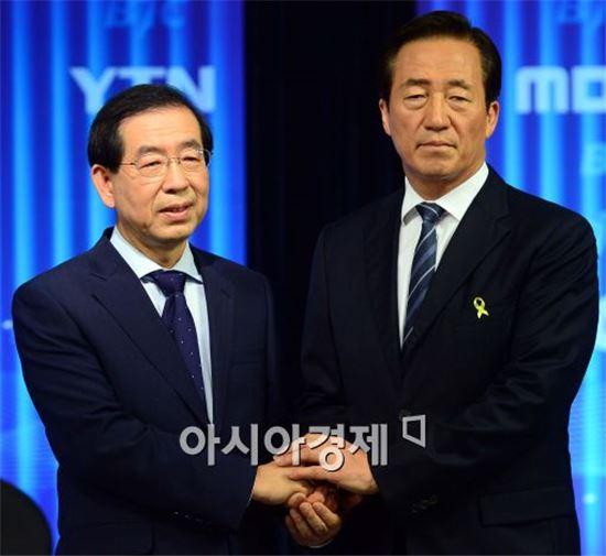 ▲지난 5월28일 TV토론에 앞서 악수를 나누고 있는 박원순 서울시장과 정몽준 전 의원.