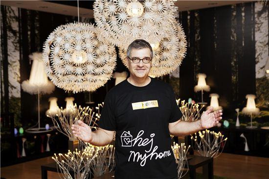 패트릭 슈루프 이케아 코리아 프로젝트 매니저가 이케아의 조명을 소개하고 있다.