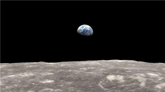 ▲지구와 달은 '줄다리기'를 하고 있다. 이 때문에 지구에는 조수 간만의 차가 생기고 달도 올록볼록한 모습으로 변한다.달에서 본 지구.[사진제공=NASA]