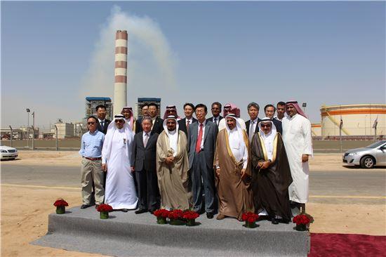 조환익 한국전력공사 사장(왼쪽 다섯번쨰)이 29일(현지시간) 사우디아라비아 라빅시에서 열린 라빅 발전소 준공식에 참여해 기념사진을 찍고 있다.