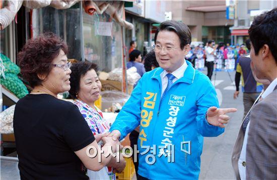 김양수 장성군수 후보가 주민들과 악수를 하면서 지지를 호소하고있다.