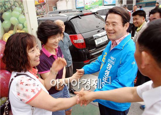 김양수 장성군수 후보가 주민들과 악수를 하면서 지지를 호소하고 있다.