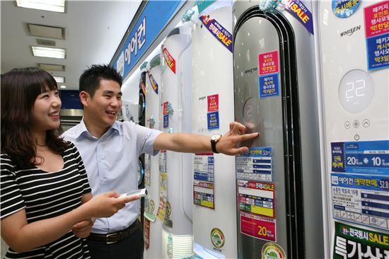 롯데하이마트 대치점에서 고객들이 전문상담원의 설명을 들으며 에어컨 제품을 살펴보고 있다.<사진=하이마트>