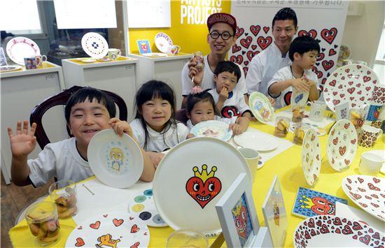 한국도자기 아티스트 찰스장(뒷줄 왼쪽)이 구세군후생원 아이들과 즐거운 시간을 보내고 있다.