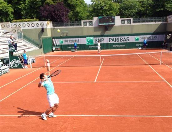 2일(한국시간) 프랑스 파리 로랑 가로 테니스클럽에서 열린 2014 프랑스오픈 주니어 챔피언십(Grade A) 남자 단식 1라운드에서 이덕희가 서브를 넣고 있다.[사진 제공=S&B컴퍼니]