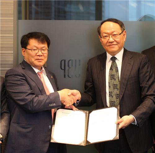 대신자산운용 서재형 대표(좌측)와 UBP Lowrence Lo 아시아 대표 (우측)가 MOU를 체결하고 기념사진을 촬영하고 있다.