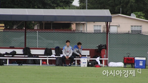 축구대표팀 이청용(왼쪽)과 이용이 훈련을 마무리하고 동료들을 지켜보고 있다.